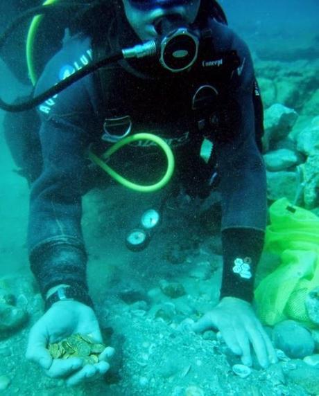 Un trésor de pièces d'or découvert au large des côtes d'Israel