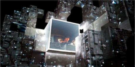On voit apparaître le visage du DJ dans la structure illuminée d'une couleur blanche.