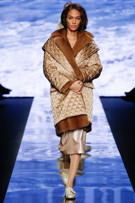 L'art du manteau au défilé Max Mara...