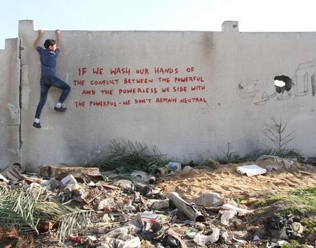Banksy dessine dans les ruines de Gaza