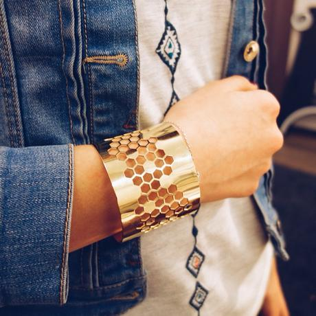 Inès porte la jolie manchette Alvéoles disponible à la boutique #mode #jewelry #bracelet #manchette #gold #madeinfrance #maisonsdemode