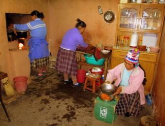 3 - Amantani  - les deux filles et la mère à la cuisine