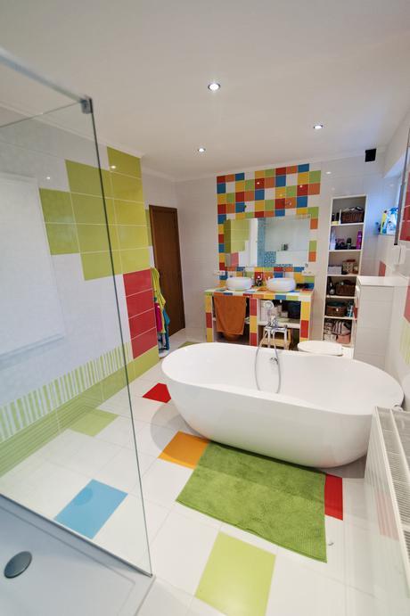 du peps dans la salle de bain paperblog With carrelage adhesif salle de bain avec televiseurs led comparatif