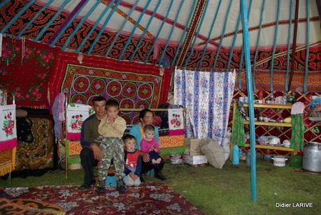 La yourte mongole star de la steppe entre traditions et coutumes pape - Interieur d une yourte ...