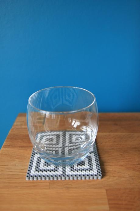 dessous de verre en perles hama diy voir. Black Bedroom Furniture Sets. Home Design Ideas