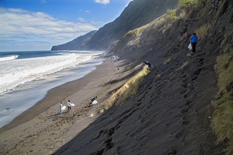 L'expédition Race for Water collecte des déchets sur les îles situées dans les gyres océaniques, comme ici aux Açores.