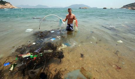 Selon les études scientifiques, 269 000 tonnes de déchets, constituées de plus de 5 250 milliards de particules, flottent à la surface des océans.
