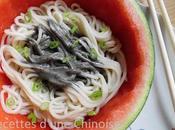 Salade nouilles dans pastèque 西瓜芝麻酱凉面