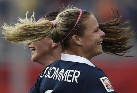 Le serre-tête, la seule coquetterie du football féminin?