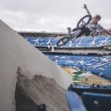 Session de BMX dans le stade abandonné de Silverdome à détroit