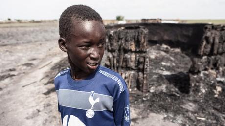 Un enfant devant sa maison brûlée, Leer, Soudan du Sud, 23 mai 2015- CICR/ P. Krzysiek