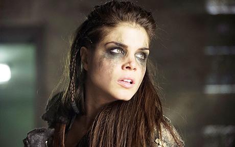 The 100 : Octavia devra choisir entre les Sky People ou les Grounder dans la saison 3 !