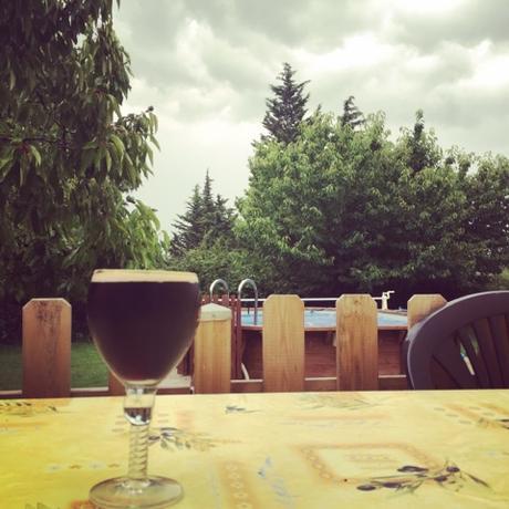 Bière brune, ciel noir et équipe de France