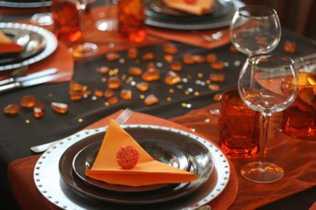 TABLE MARRON ET ORANGE : Les chemins de table ont é...