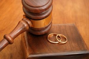 Mariés ou non, vous devriez lire ceci ... Couple-marie-decouvre-quil-est-divorce-aux-ye-L-1