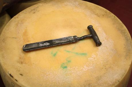 Le fameux marteau qui _sonne_ la meule pour vérifier sa qualité © P.Faus  - copie