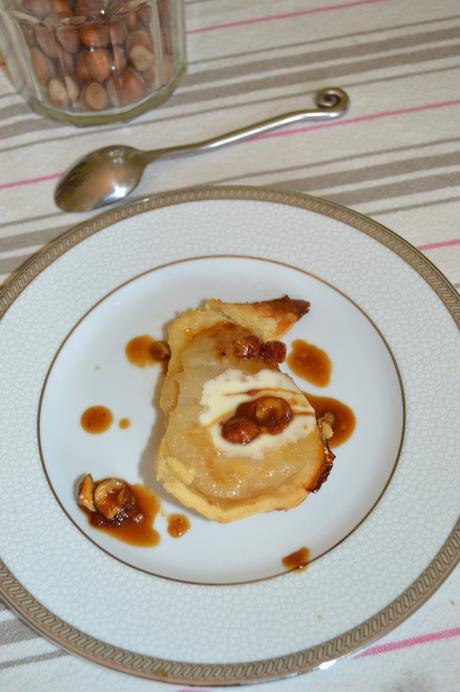 Poire au four en croûte , crème vanille et noisettes caramélisées