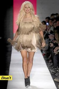Tendance-mode-annees-70-la-robe-a-franges-de-Paris-Hilton_portrait_w674