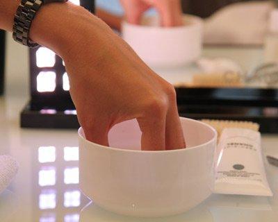 1035570-tremper-ses-ongles-dans-de-l-eau-savonneuse