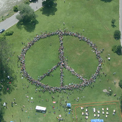 John Lennon : un signe de paix géant pour son 75ème anniversaire
