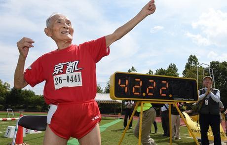Hidekichi Miyazaki bat le record du monde de 100m des plus de 105ans