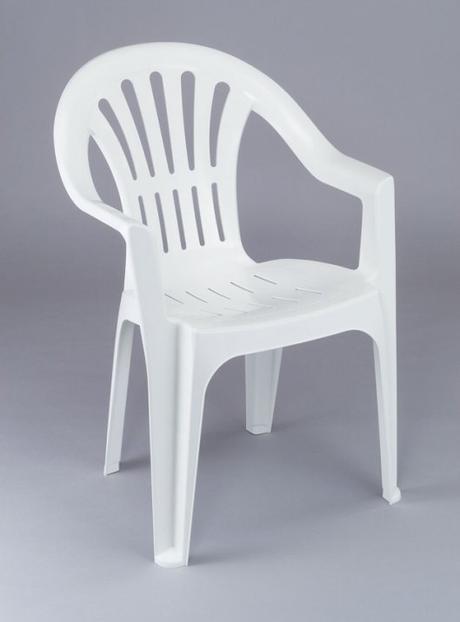 Le monde envahi par les chaises en plastique blanc ?