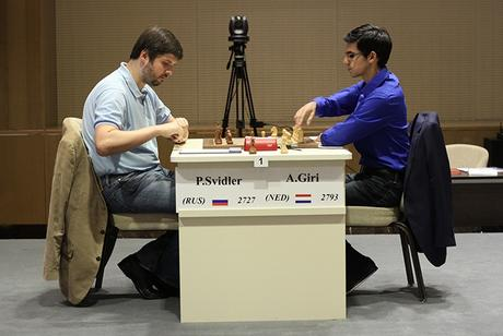 Le Russe Peter Svidler marque le point avec les Noirs face à Anish Giri - Photo © site officiel