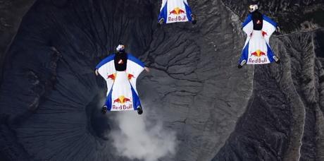 Wingsuit au dessus d'un volcan actif