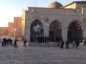 D'importantes forces armées israéliennes envahissent la mosquée d'al-Aqsa