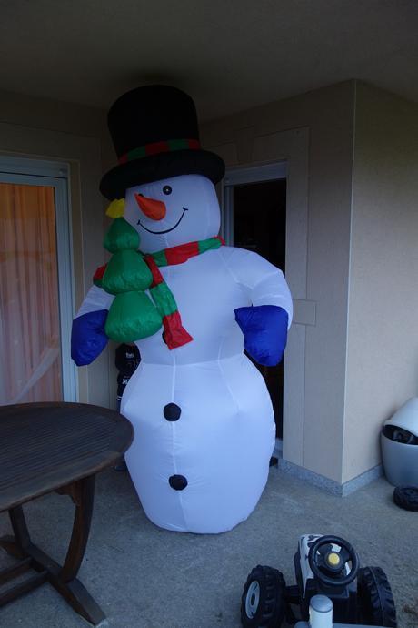 avis et test sur le bonhomme de neige auto gonflable de 240cm oneconcept mr frost paperblog. Black Bedroom Furniture Sets. Home Design Ideas