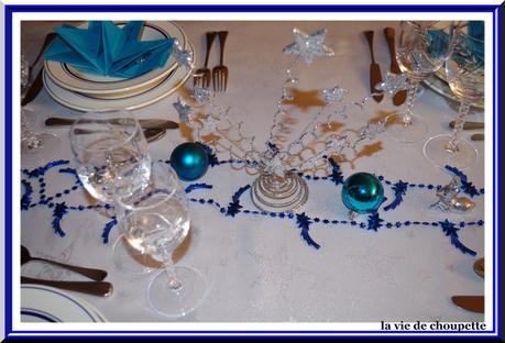 Table noel bleu argent 2015 lire for Deco table noel bleu argent