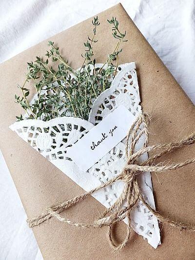 diy 10 id es pour emballer les cadeaux de no l avec du papier kraft voir. Black Bedroom Furniture Sets. Home Design Ideas