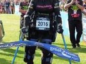 PARALYSÉE Claire Lomas franchit ligne d'arrivée d'un semi-marathon l'aide exosquelette
