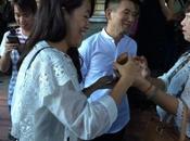 Rangoun, Midi entre doigt censeur l'enthousiasme foule