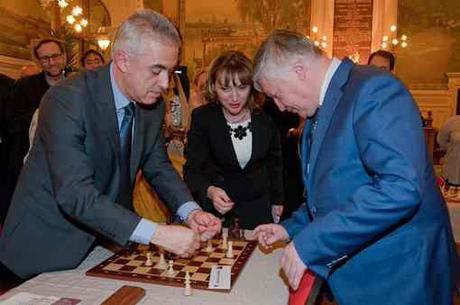 Manuel Aeschlimann et Anatoli Karpov © Page Facebook de la ville d'Asnières