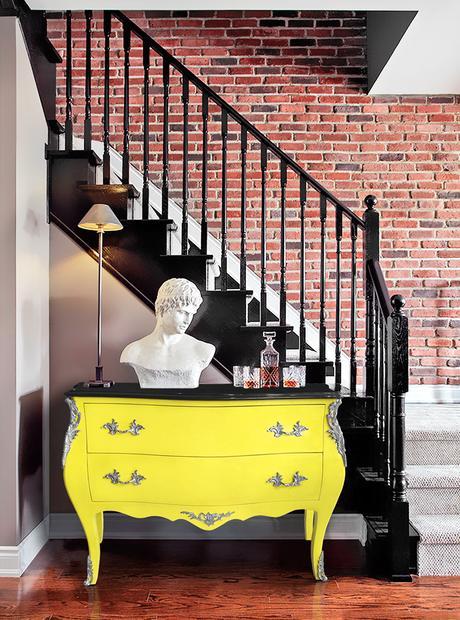 mur en briques associé à une commode baroque de style Louis XV jaune fluo Royal Art Palace