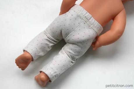 Nouveau DIY spécial recyclage : retailler un pantalon de bébé pour en faire un vêtement de poupon