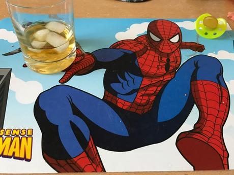 Spiderman me sert un whisky