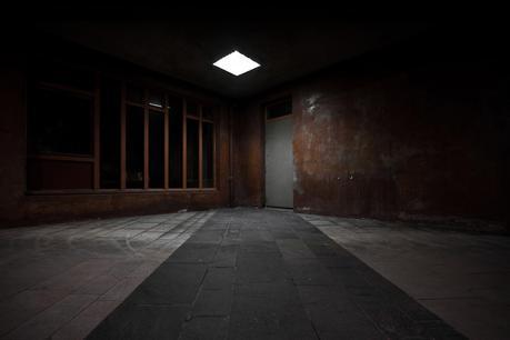 Behind that grey door - Photographie urbaine de nuit
