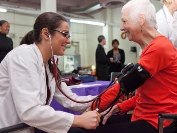 BÉNÉVOLAT INFIRMIER :  Quand les infirmières améliorent la santé de leurs communautés – Policy, Politics, & Nursing