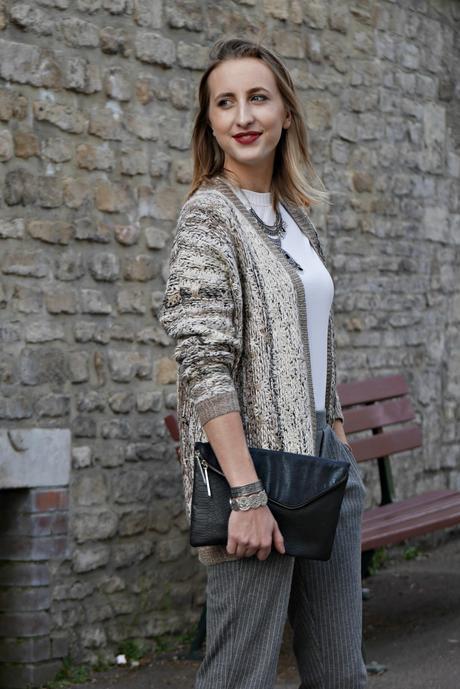 associer le gris et le beige dans une tenue