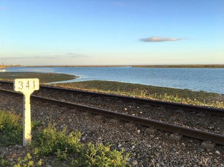 Vue sur la mer et le chemin de fer qui longe la côte de Faro