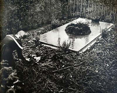 Bayreuth 1933: le recueillement sur la tombe du grand-père