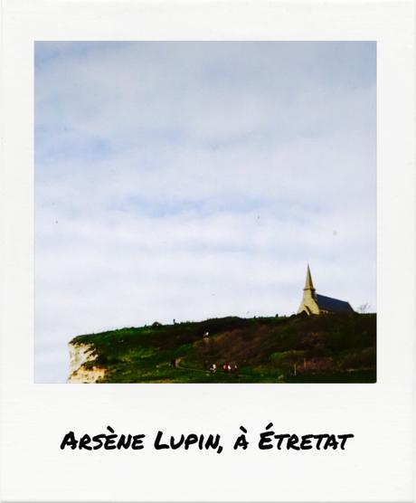 Détails de la vie des gens. Arsène Lupin, à Étretat.