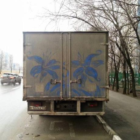 Il dessine des œuvres incroyables… sur la saleté des camions