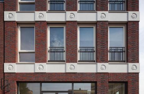 Bâtiment avec Emojis par Changiz Tehrani