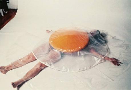 Artiste Carole Itter - Raw egg costume