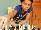 sauvé leur village jouant échecs