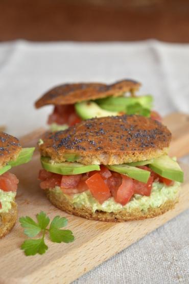 Burgers bio veggie sans gluten au paprika, avocat, coriandre et tomates