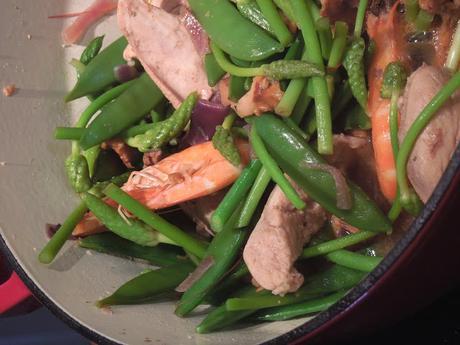 Sauté de poulet et crevettes aux légumes printaniers